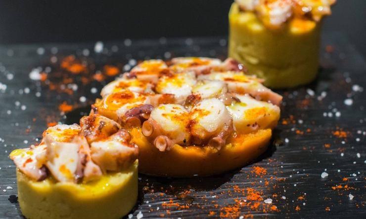 Pulpo con Hummus y Revolconas.jpg